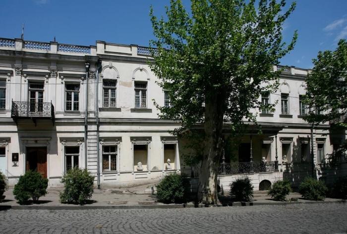 gosudarstvennyj-muzej-gruzinskoj-literatury-imeni-georgiya-leonidze-700x471