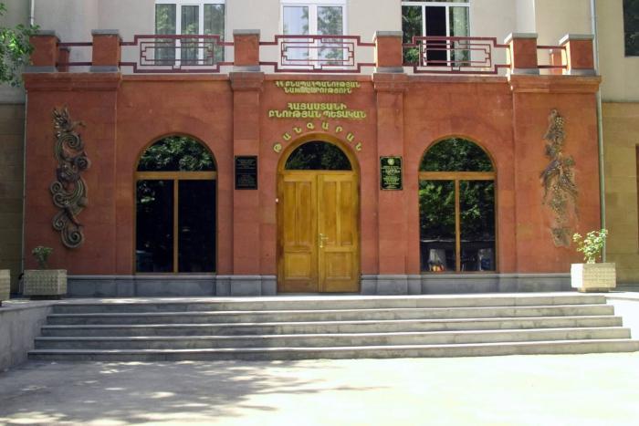 gosudarstvennyj-muzej-prirody-armenii-700x467