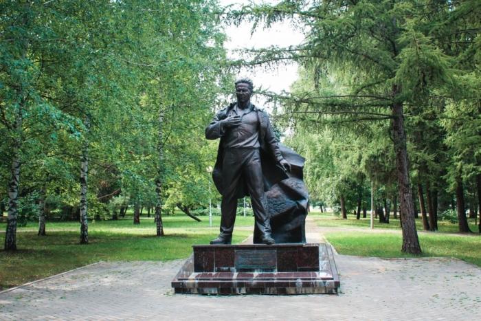 pamyatnik-ak-mubaryakovu-700x467