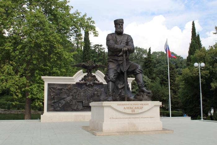 pamyatnik-aleksandru-3-700x467