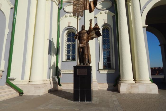 pamyatnik-dmitriyu-donskomu-700x466