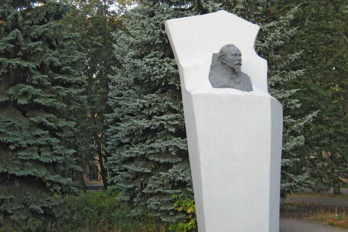 pamyatnik-fe-dzerzhinskomu-700x466
