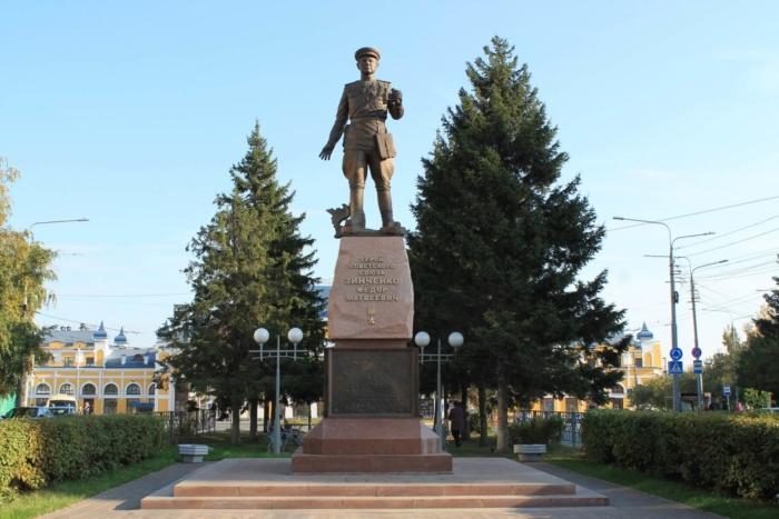 pamyatnik-fm-zinchenko-700x467