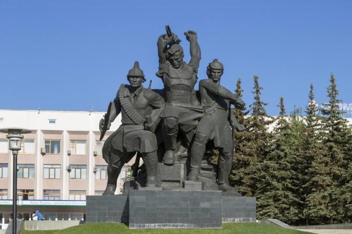 pamyatnik-geroyam-oktyabrskoj-revolyutsii-700x466