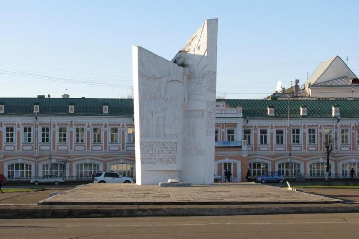 pamyatnik-geroyam-oktyabrskoj-revolyutsii-i-grazhdanskoj-vojny-700x467