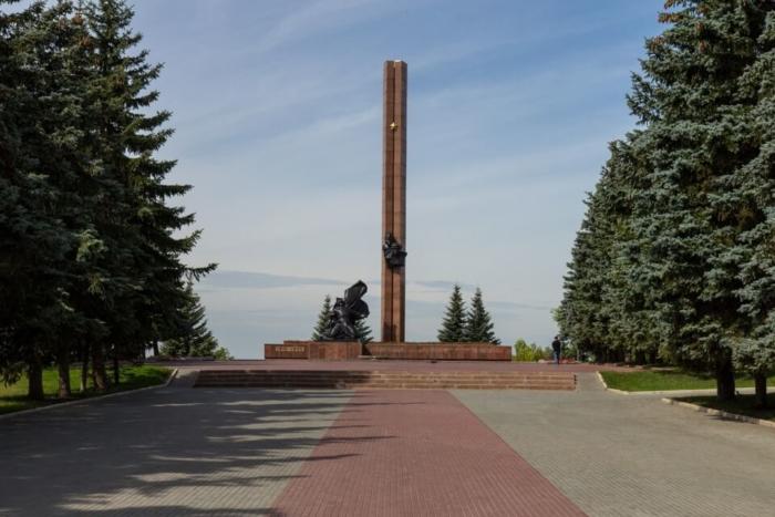pamyatnik-geroyam-ssr-aleksandru-atrosovu-i-minnigali-gubajdullinu-700x467