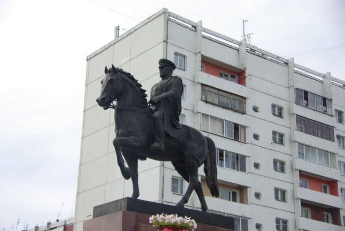 pamyatnik-gk-zhukovu-700x469