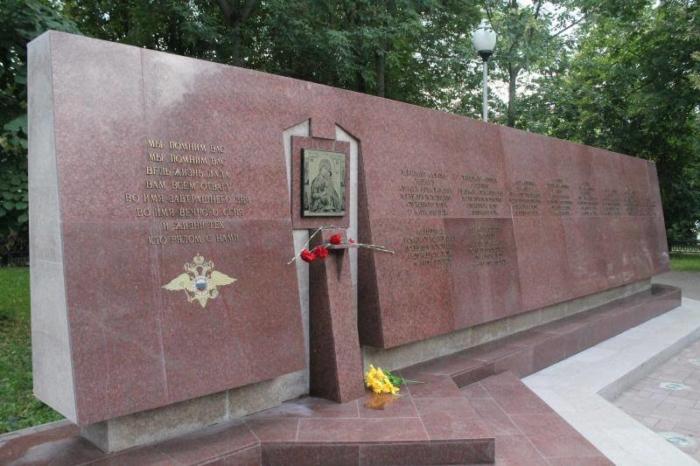 pamyatnik-pogibshim-sotrudnikam-uvd-cherepovtsa-700x466