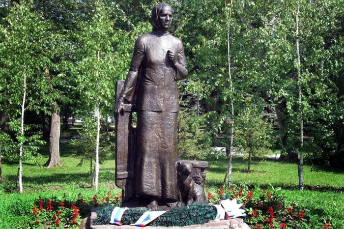 pamyatnik-soldatskoj-materi-aa-larionovoj-700x466