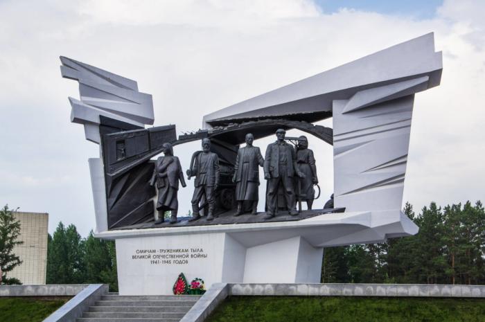 pamyatnik-truzhenikam-tyla-1-700x465