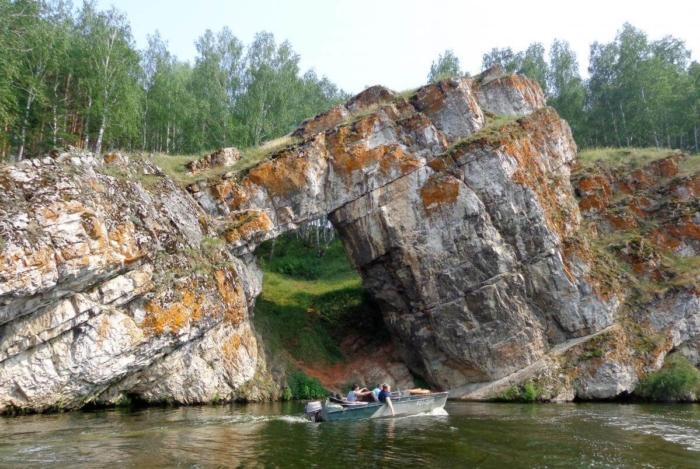 skala-kamennye-vorota-700x469