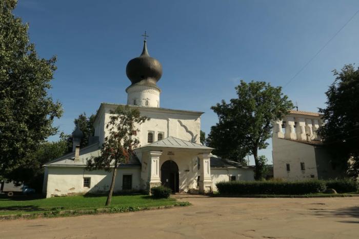 tserkov-uspeniya-s-paroma-700x467
