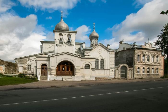 tserkov-varlaama-hutynskogo-na-zvanitse-700x467