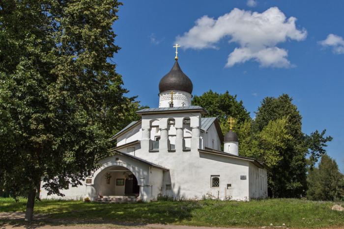 tserkov-voskreseniya-hristova-so-stadishha-700x467