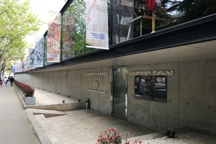 vystavochnyj-zal-tsentralnogo-gosudarstvennogo-arhiva-gruzii-700x467