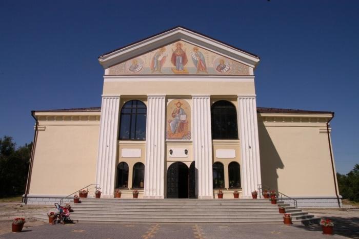 hram-knyazya-vladimira-700x466