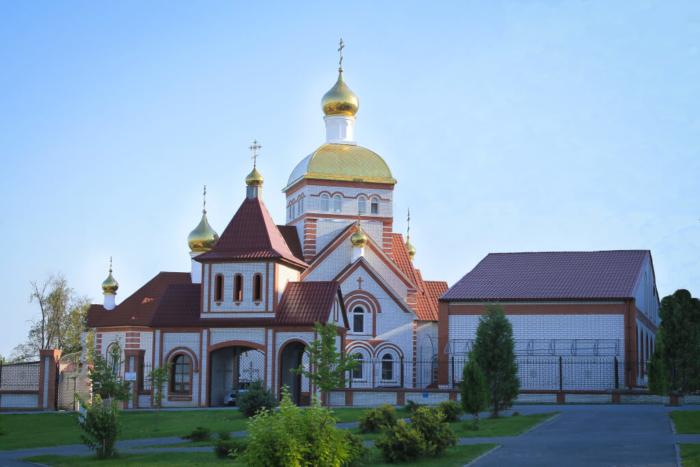 hram-vseh-svyatyh-v-zemle-rossijskoj-prosiyavshih-700x467