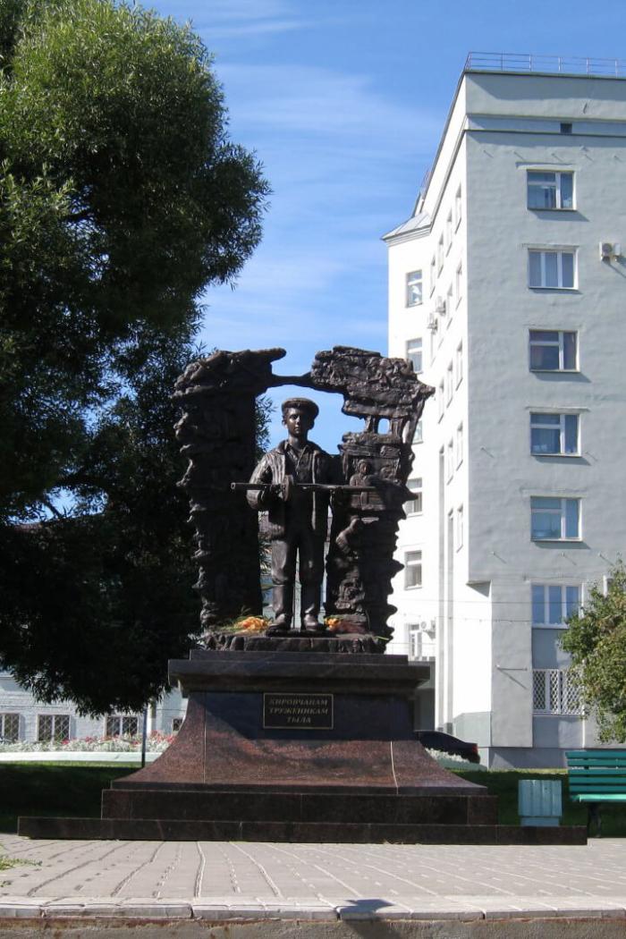 kirovchanam-truzhenikam-tyla-700x1050