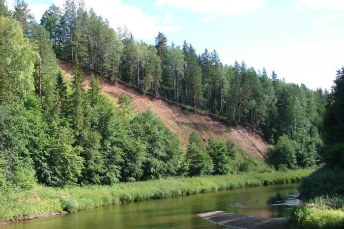 krasnaya-gora-u-derevni-paska-700x466