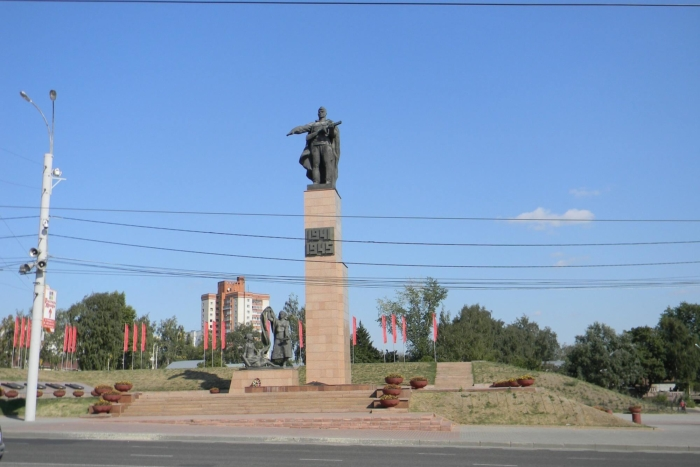 memorial-geroyam-fronta-i-tyla-700x467