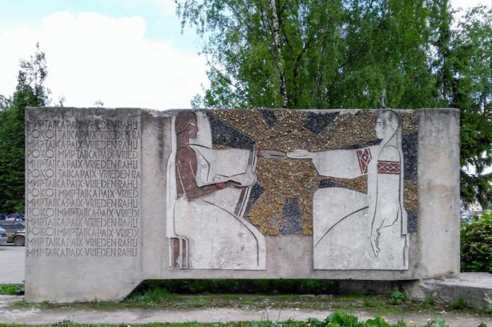 pamyatnik-druzhbe-narodov-700x466