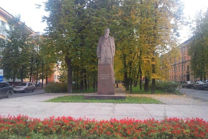 pamyatnik-fa-afanasevu-700x467