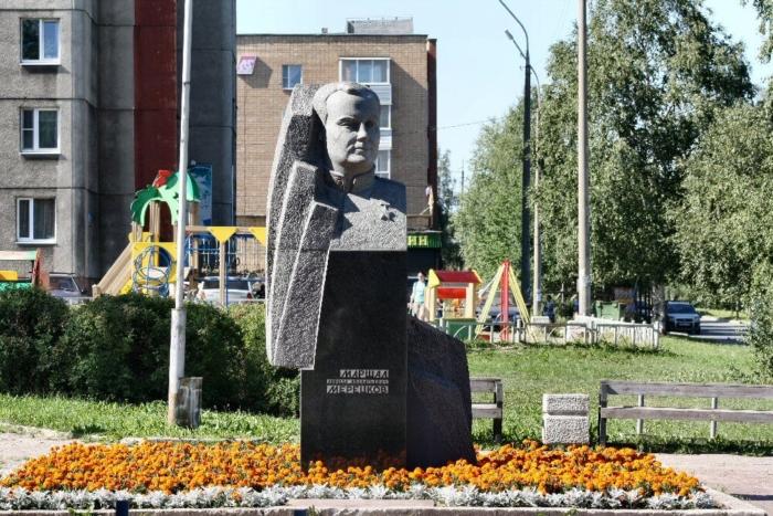 pamyatnik-ka-meretskovu-700x467