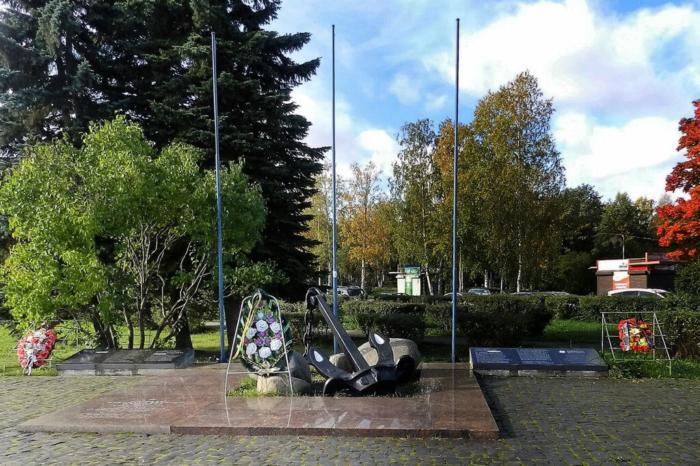 pamyatnik-moryakam-onezhskoj-voennoj-flotilii-700x466