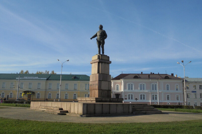 pamyatnik-sm-kirovu-1-700x466