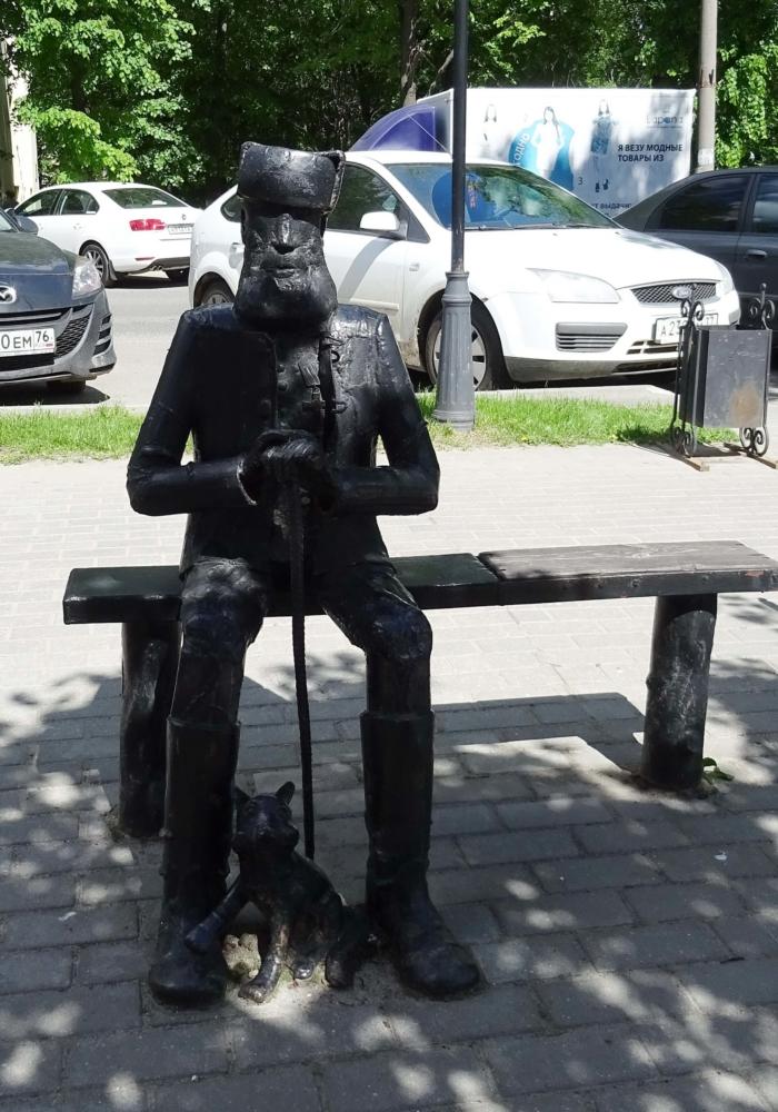 pamyatnik-stariku-na-lavochke-700x1000