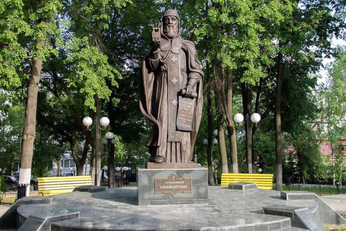 pamyatnik-trifonu-vyatskomu-700x467