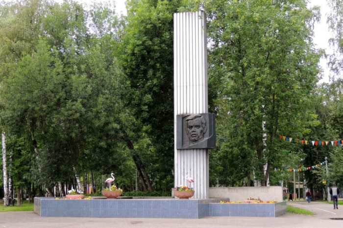 pamyatnik-vya-stepanovu-700x466