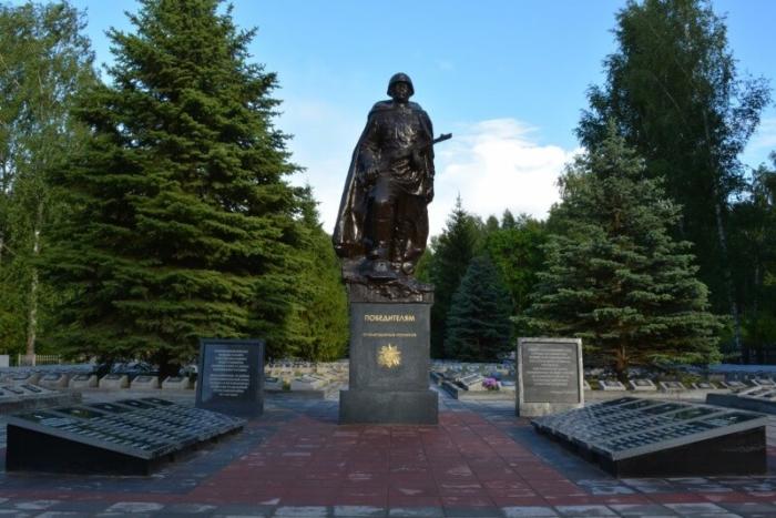 sovetskomu-soldatu-pobeditelyu-700x467