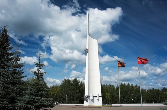 stela-obelisk-slavy-700x463