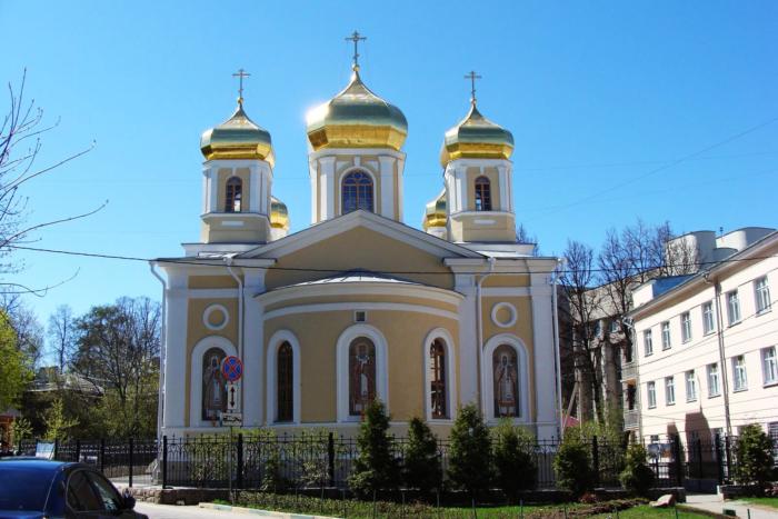tserkov-v-chest-svyatitelej-moskovskih-700x467
