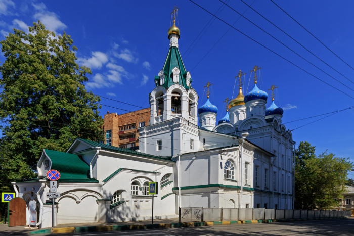 tserkov-zhyon-mironosits-na-verhnem-posade-700x467