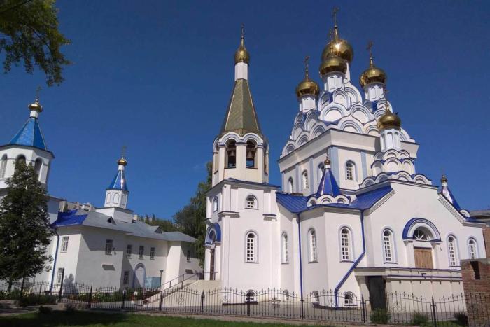 vladimirskij-hram-i-hram-bogoroditsy-700x467