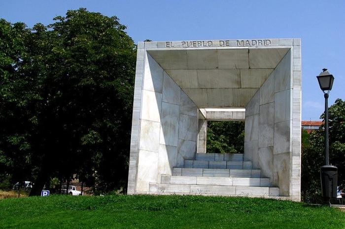 pamyatnik-konstitutsii-ispanii-700x466