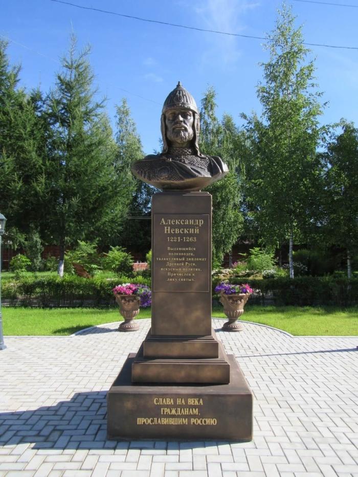 byust-aleksandra-nevskogo-700x933