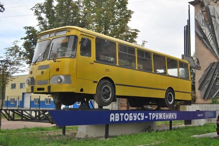 pamyatnik-avtobusu-truzheniku-700x468