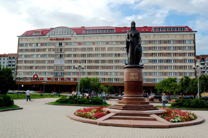 pamyatnik-knyagine-olge-rizhskiy-park-700x465