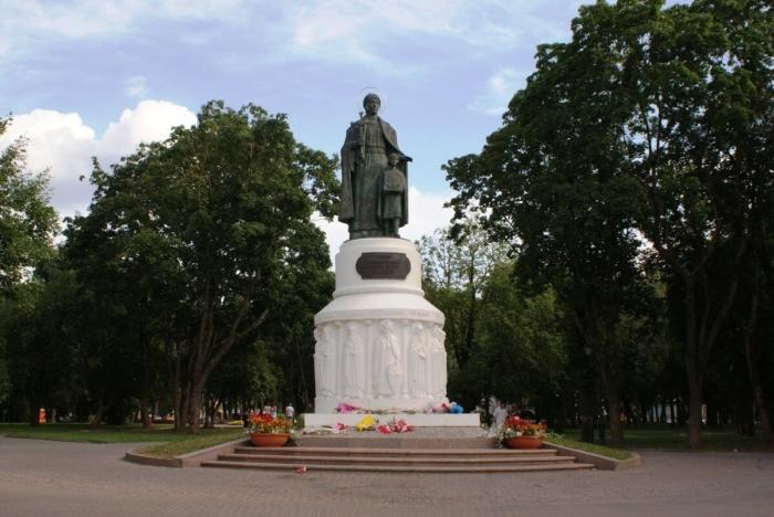 pamyatnik-knyagine-olge-v-detskom-parke-700x468