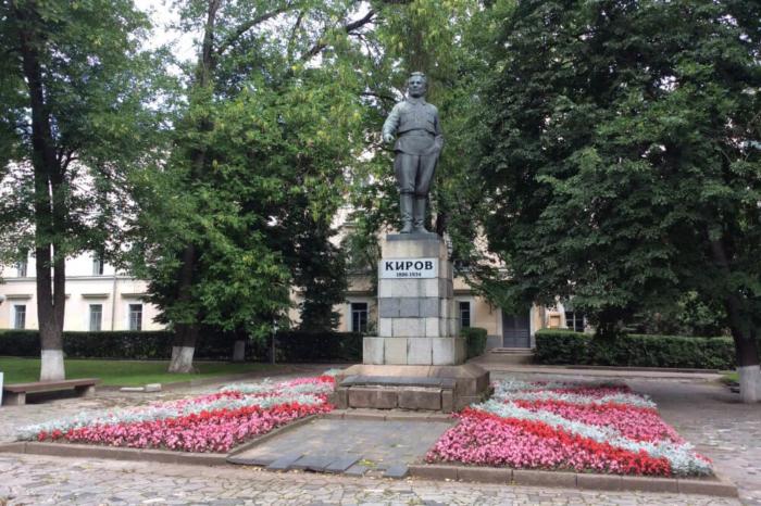 pamyatnik-sm-kirovu-700x466