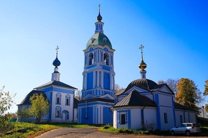 znamenskaya-i-rizopolozhenskaya-tserkvi-700x466