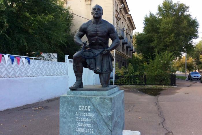 pamyatnik-aleksandru-zassu-700x467