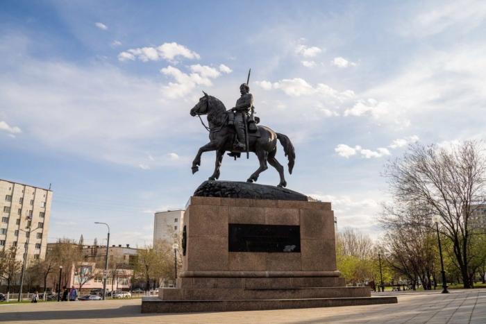 pamyatnik-orenburgskomu-kazachestvu-700x467