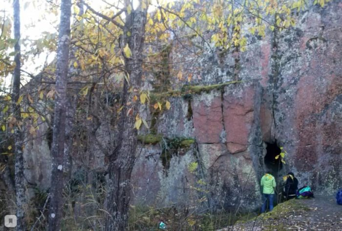 granitnyi-massiv-s-pescherami-v-rai-one-pose-lka-krasnyi-sokol-700x472