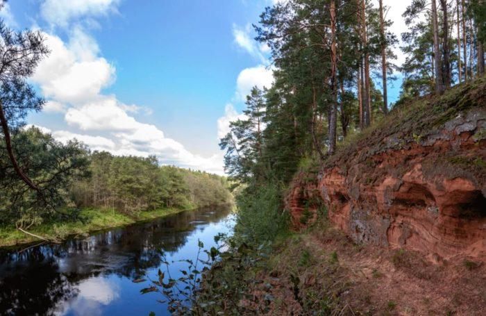obnazheniya-devonskih-i-ordovikskih-porod-na-reke-saba-700x455