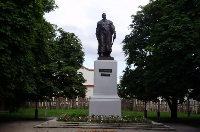 pamyatnik-bogdanu-hmelnitskomu-700x465