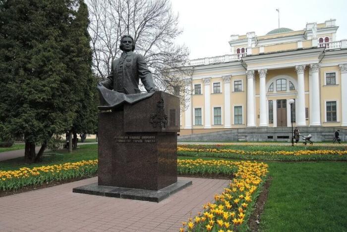 pamyatnik-np-rumyantsevu-700x469